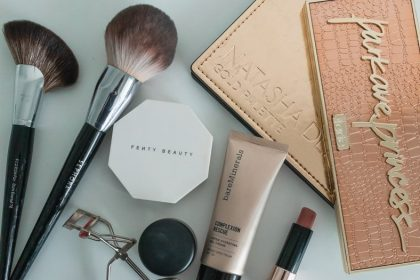 picture of what's in my makeup bag